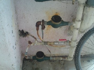 לא חוקי. החיבור הפיראטי למים בבניין (צילום: עצמי)