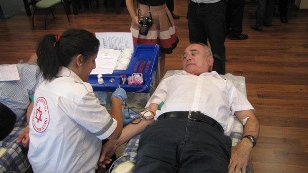 נשיא התאחדות התעשיינים צבי אורן תורם דם