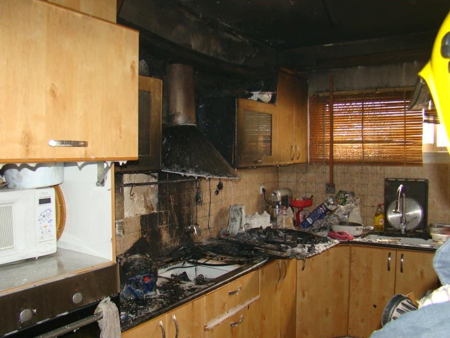המטבח עלה באש  ( צילום: יגאל בן אבו דוברות כיבוי אש גליל מערבי)