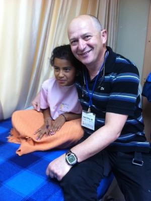 """ד""""ר אידלמן עם מטופלת מקומית"""