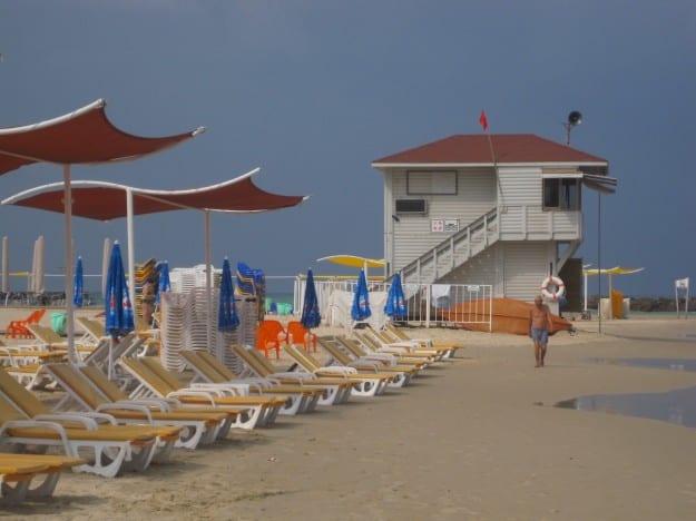 כיסאות בחוף. למצולמים אין קשר לכתבה