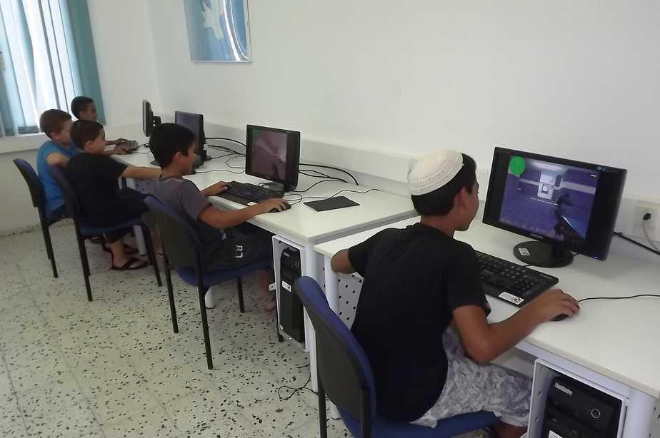 ילדי מועדון טרומפלדור בחדר המחשבים החדש
