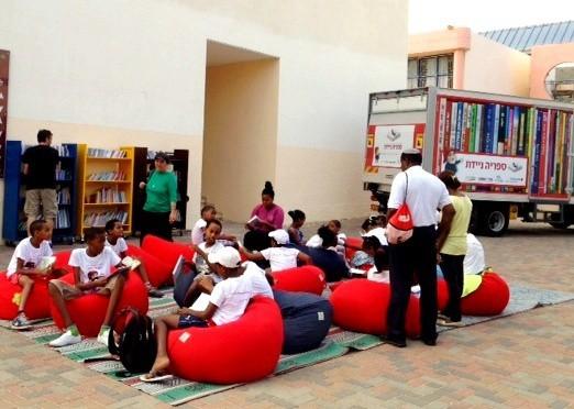ילדים נהנים מהספרייה הניידת