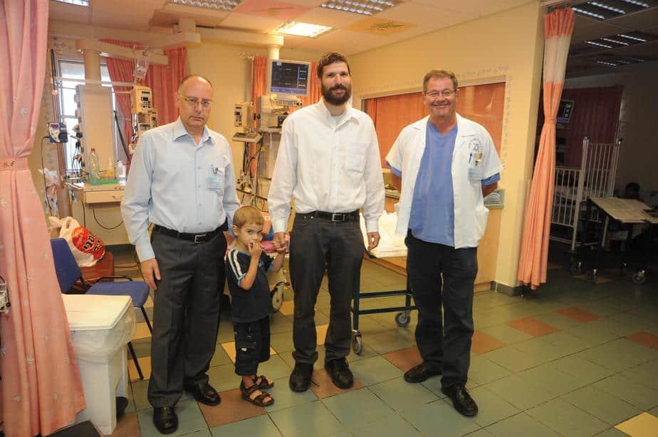 נדב ודוד מיטב עם הצוות הרפואי בית חולים נהריה