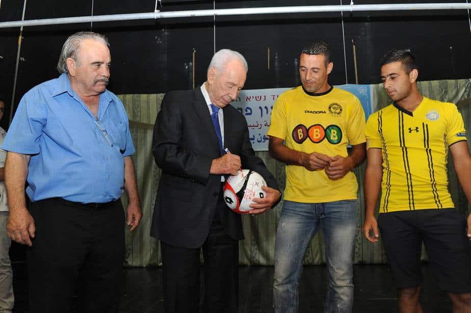 נשיא המדינה שמעון פרס, חותם על הכדור