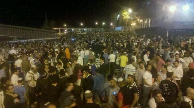 עשרות אלפי אנשים לפנות בוקר בכותל המערבי