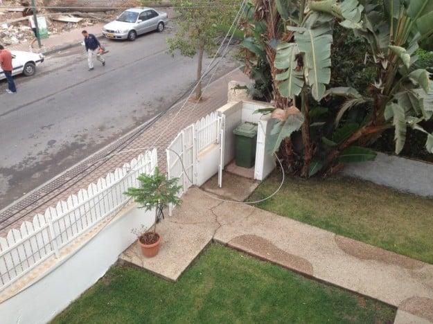כבלי החשמל החשופים על בית ברחוב הרצל