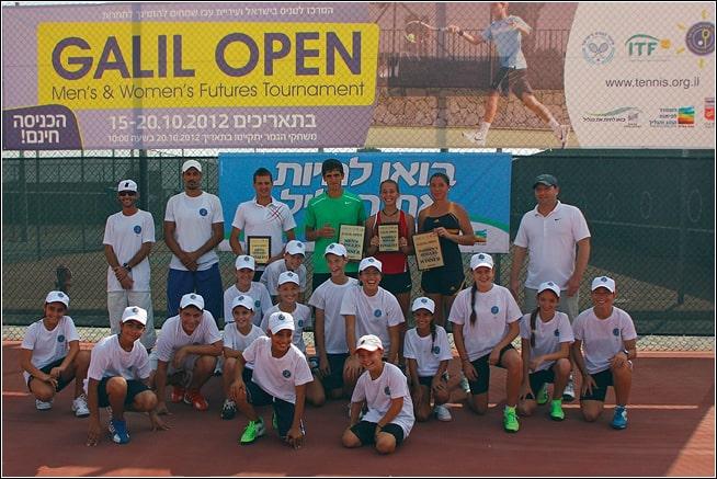 ילדי התוכנית התחרותית של מרכז הטניס בעכו עם זוכי התחרות