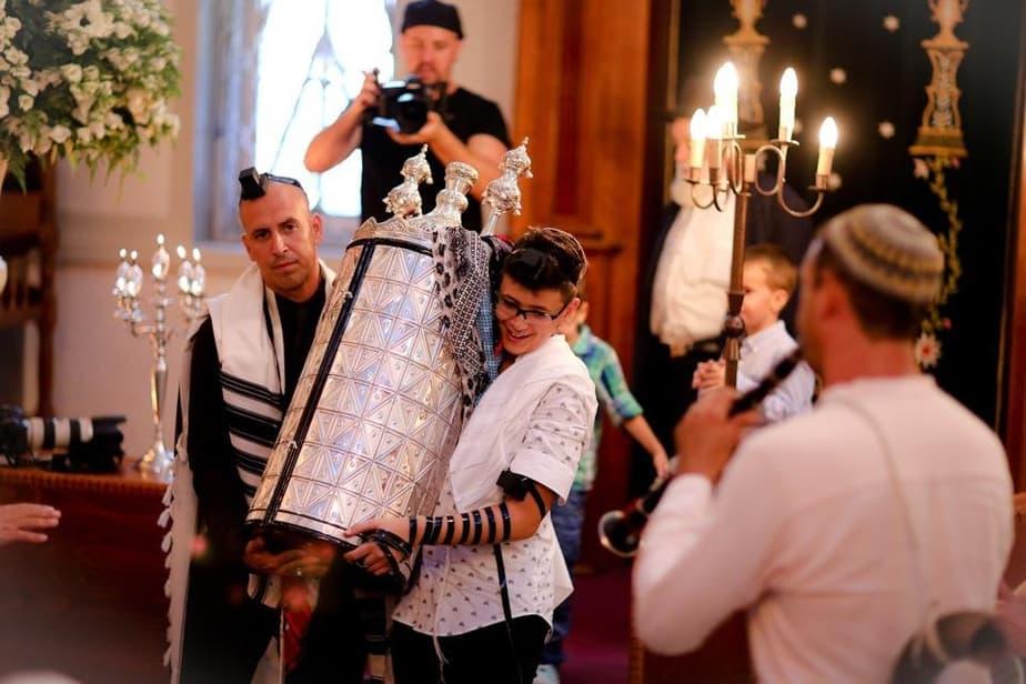 מחזיק בתורה. ליר בבית הכנסת  (צילום: עדי כהן -צדק)