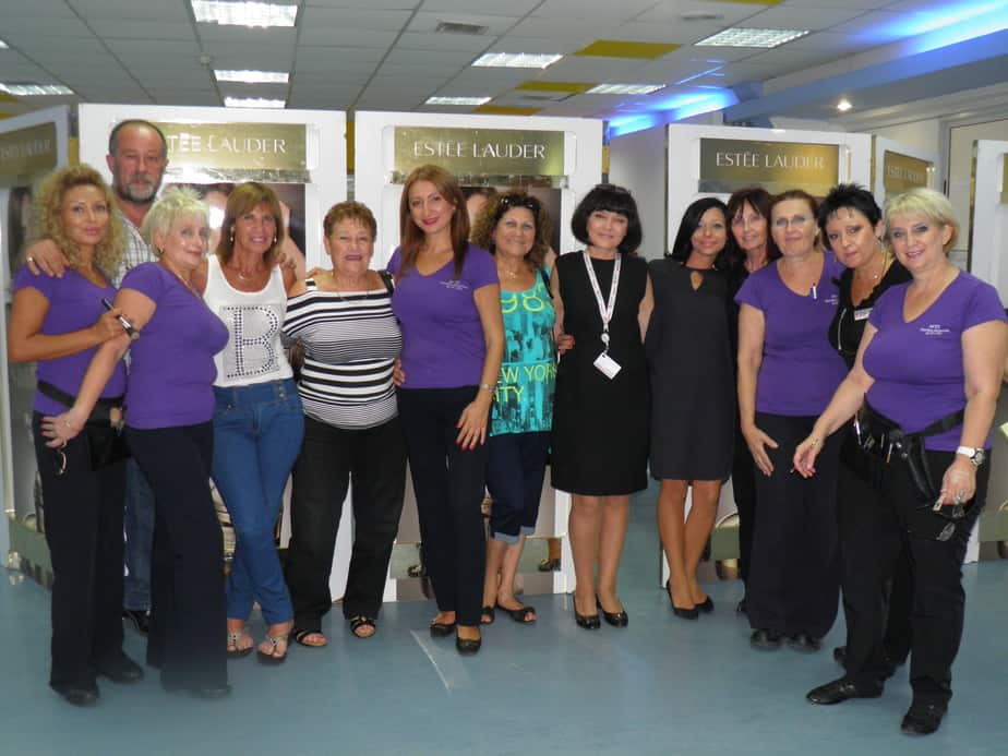 מנהל קאנטרי 'ספורטלי', פיני ליבוביץ, עם צוות דיילות היופי ולקוחות שהגיעו ליום הפינוק