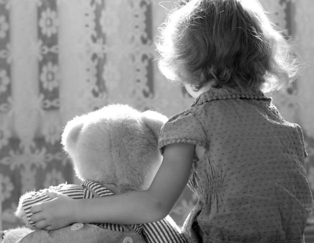 צילום אילוסטרציה ילדה ודובי