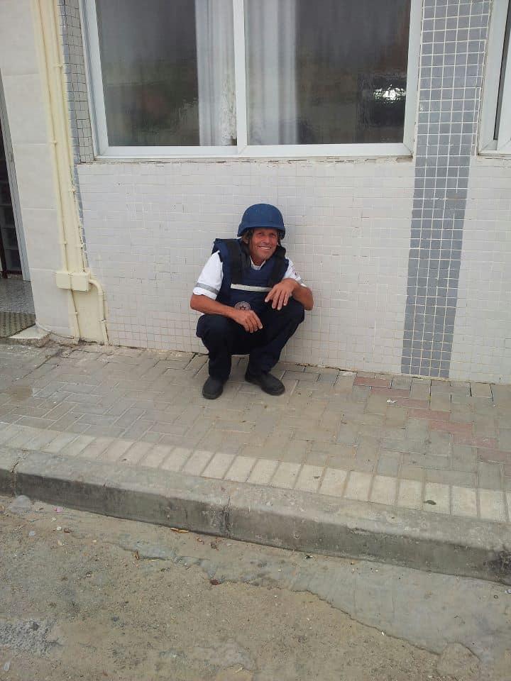 """יעקב אסולין בעת אזעקה באשקלון. (צילום: דוברות מד""""א)"""