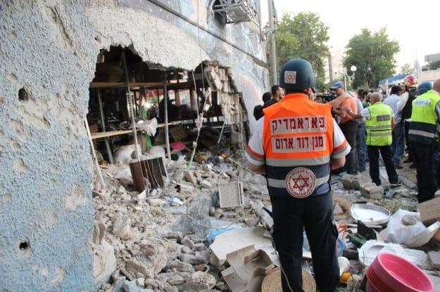 """פארמדיק מד""""א בזירת הנפילה באשדוד (צילום דוברות מדא)"""