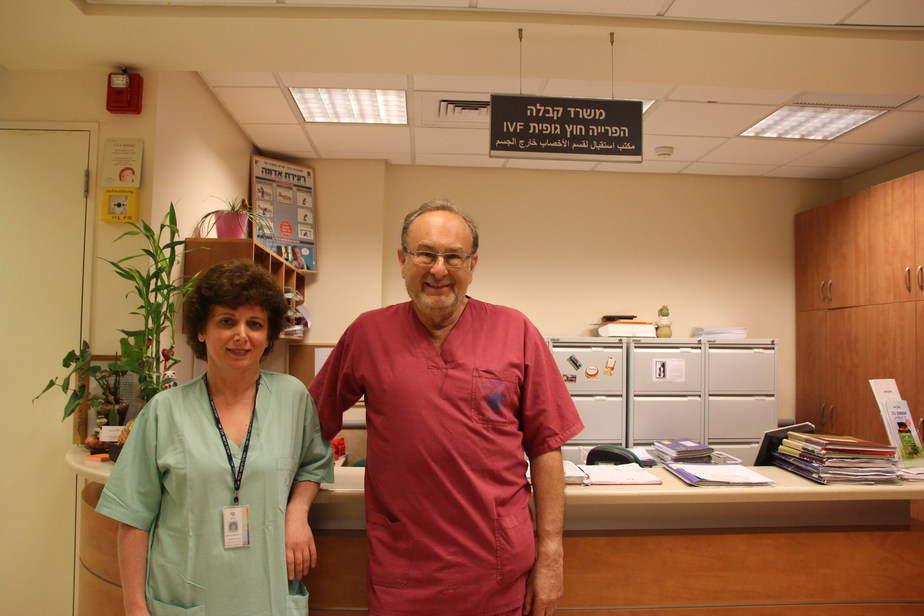 """פרופסור אלבנוגן וד""""ר מיכאלי מדאה מנהלת המעבדה של היחידה (באדיבות דוברות בית החולים)"""
