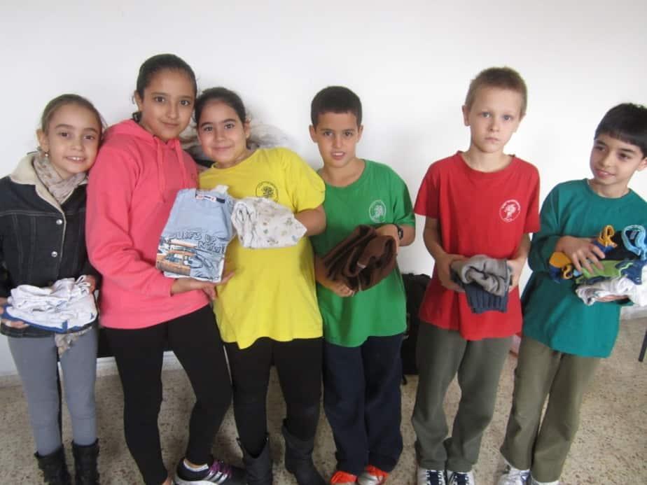 ילדי בית הספר נעורים אוספים בגדים