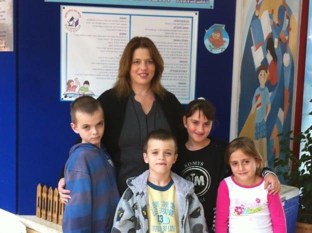מנהלת בית הספר נטופה מירי כהן ותלמידי הדרום