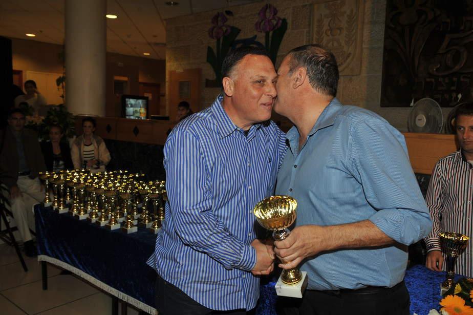 יצחק סולמון קיבל גביע הוקרה על תרומתו לקידום הספורט