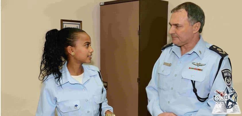 """מפכ""""ל המשטרה יוחנן דנינו והשוטרת רחל לגסה  (צילום:חטיבת דובר המשטרה)"""
