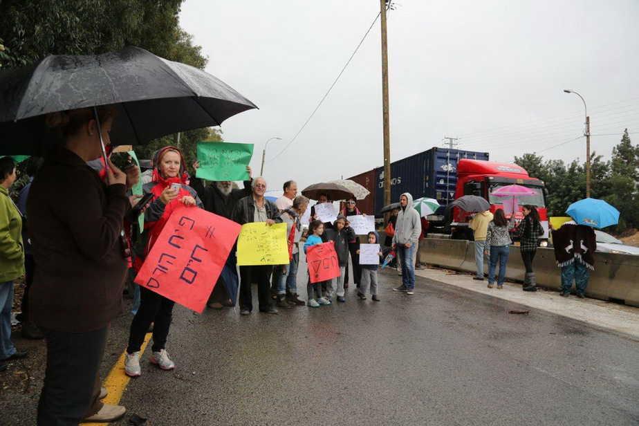מפגינים על כבוד העצים. תושבי מושב גבעת שפירא (צילום: אבי קלפפר)