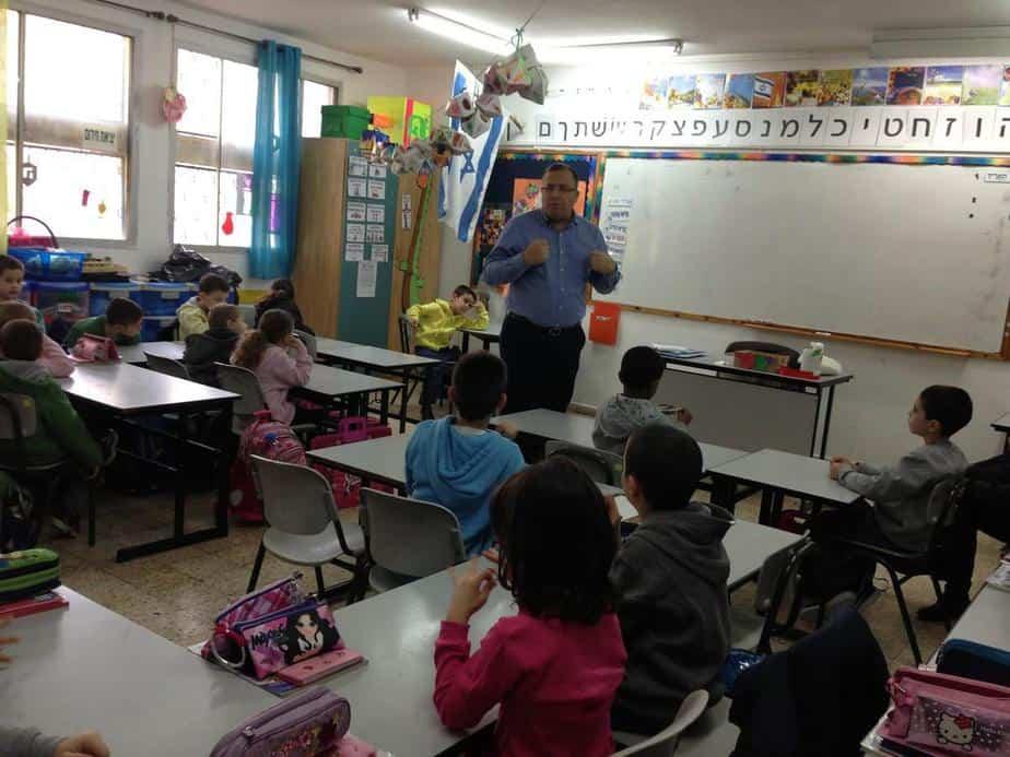 שעת סיפור עם ראש העיר. אלי דוקורסקי בכיתה א'  (צילום: דוברות עיריית קרית מוצקין)