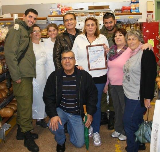 דני סלע, עמוס אלדד, שושנה ואלגרה עם נציגי החיילים וצוותי שופרסל דיל