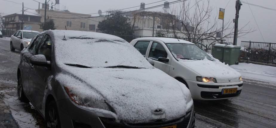 מכוניות מכוסות שלג בצפון   (צילום: אדריאן הרבשטיין)