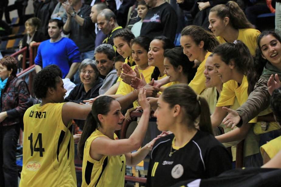 השחקניות חוגגות את הניצחון עם הקהל הביתי (צילום: אלונה חליוא)