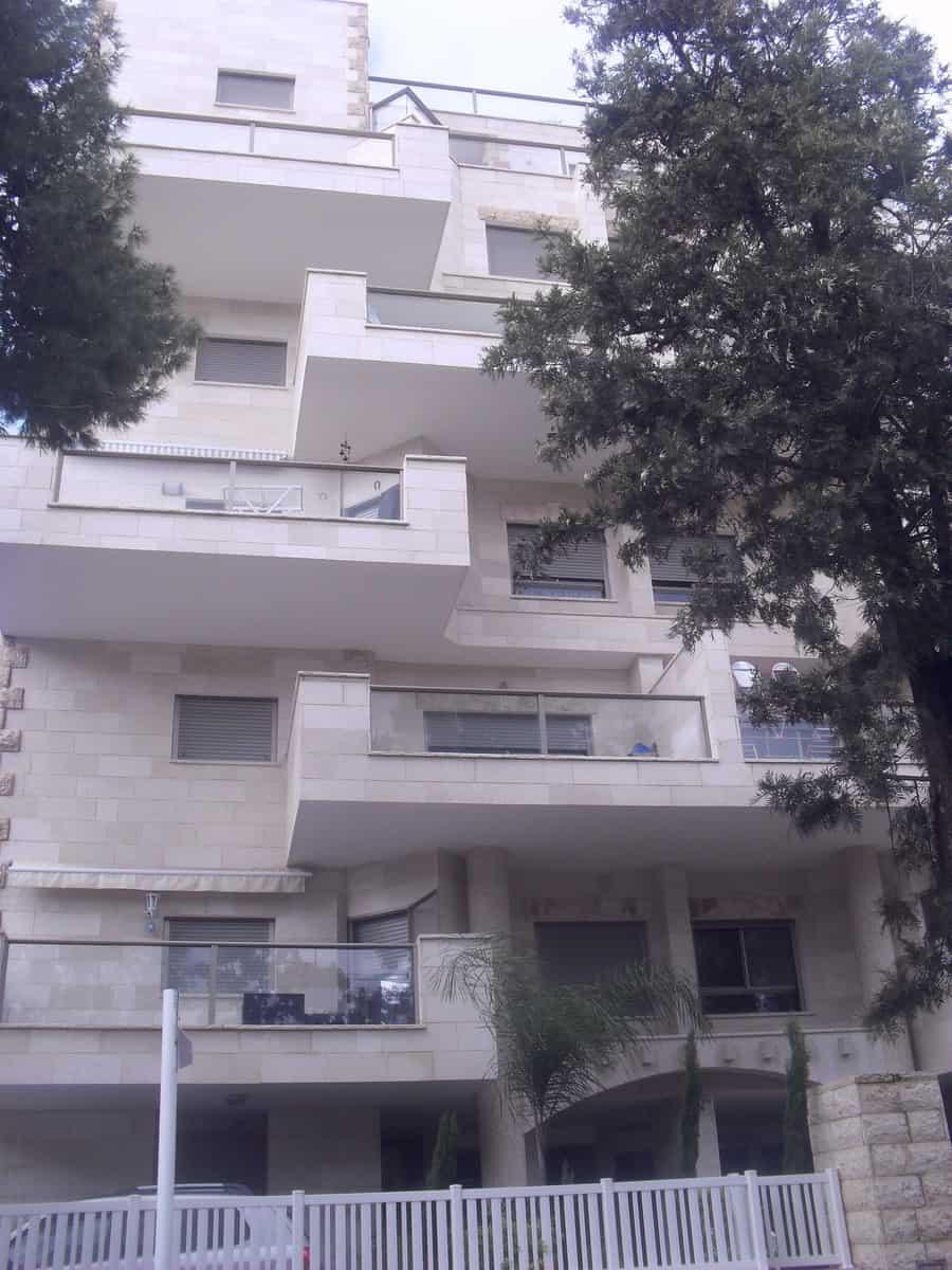 הבניין ברחוב הרצל  בנהריה  (צילום: רותם כבסה)