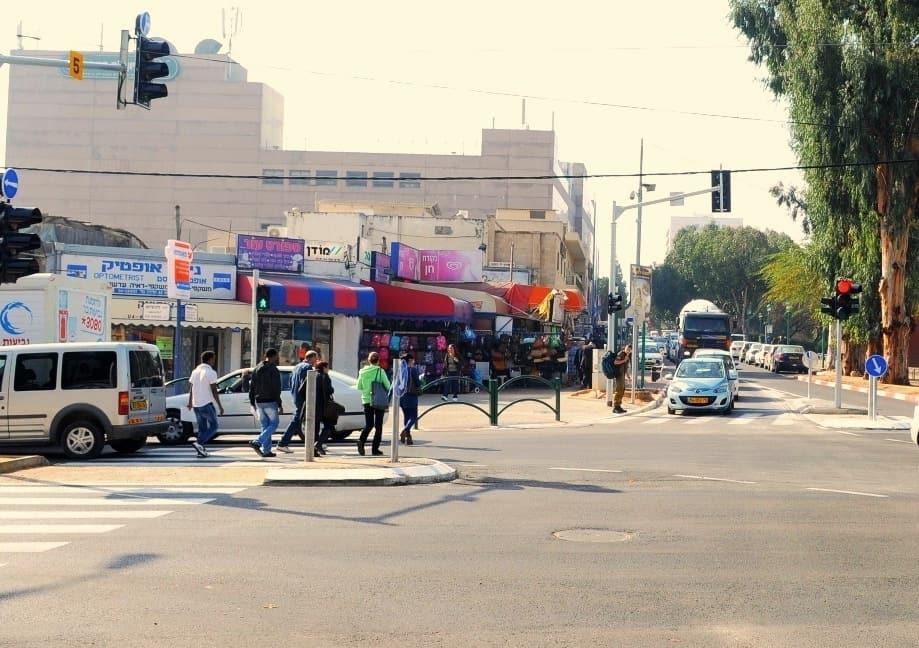 ויסות התנועה. צומת הנשיא רוטשילד    (צילום: דוברות עיריית חדרה)