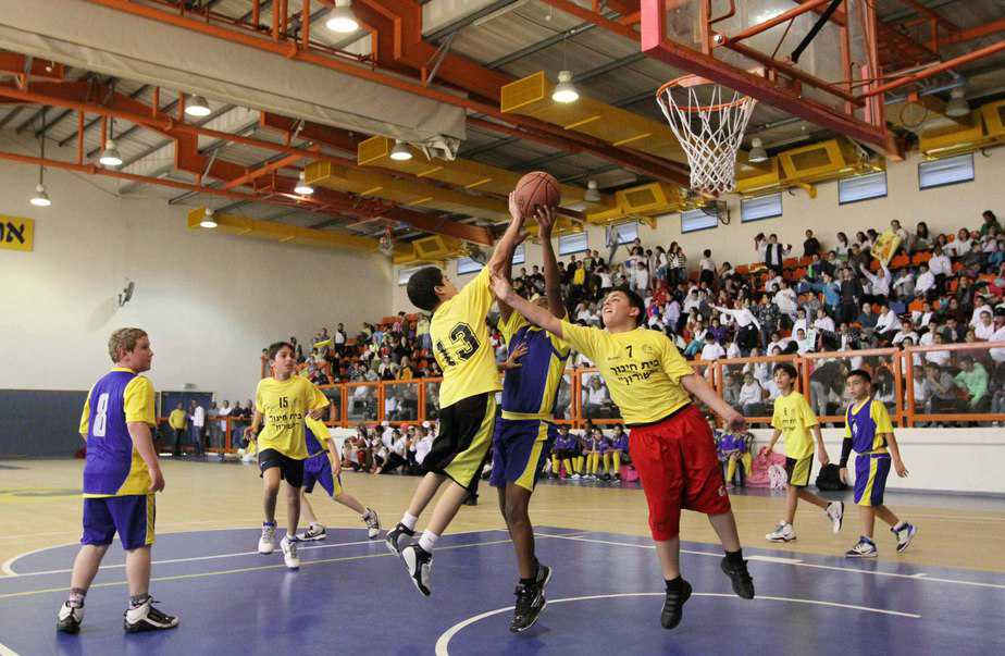 שתי קבוצות הכדורסל במצב רוח מנוגד (צילום-עידו ארז