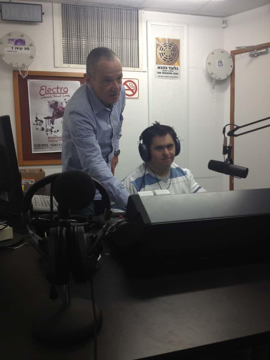 שמעון דהאן ומנשה רז באולפן הרדיו  (צילום עצמי)