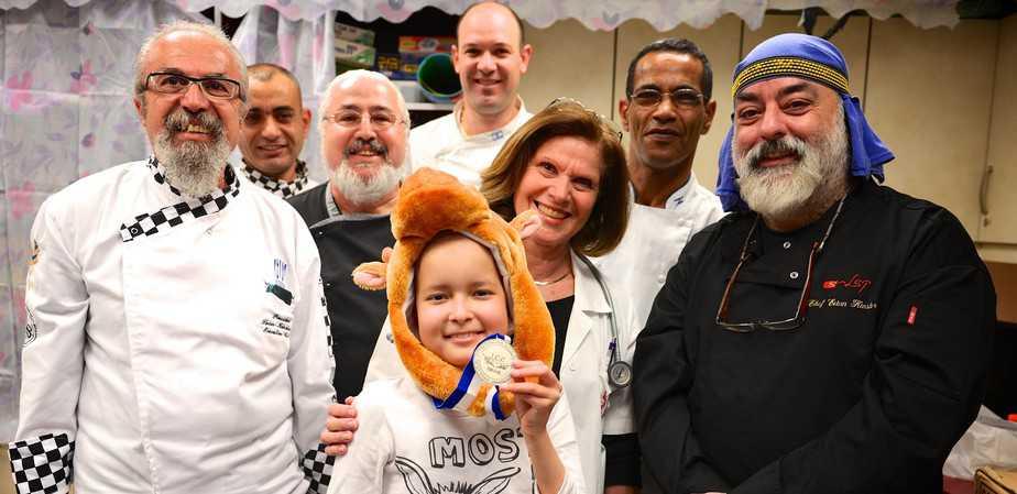 נציגי איגוד השפים הישראלי, יחד עם פרופ' מרים בן הרוש ורז רוטשילד, בת ה-9 מחיפה. ׁצילום: עופר גולן)