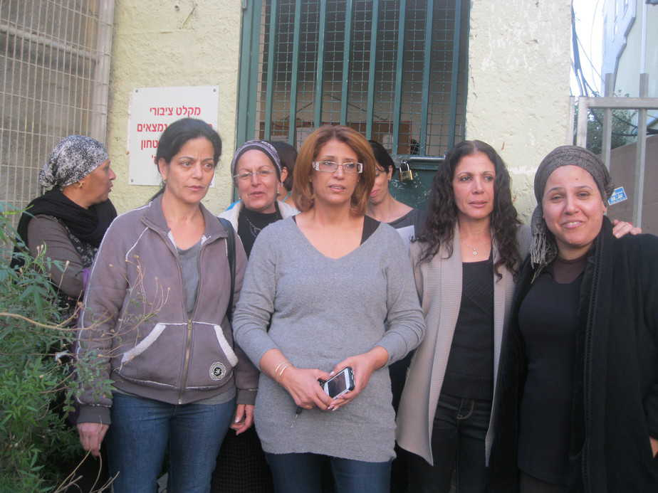 אמהות בהפגנה נגד סדירת האולפנה בחדרה   (צילום: איילת קדם)