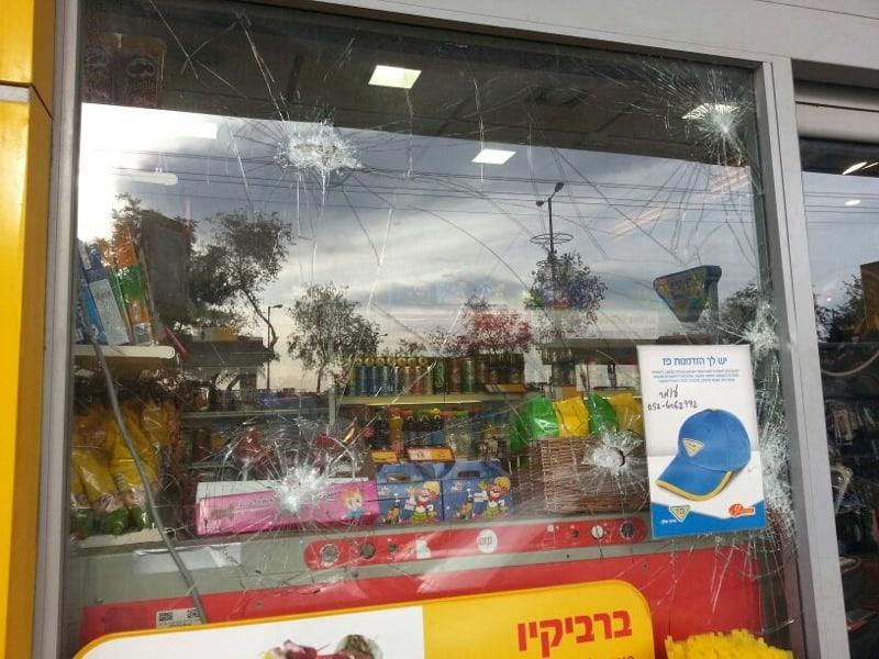 החנות לאחר התקיפה  (באדיבות תחנת המשטרה בנתניה)
