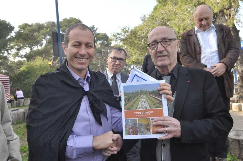 שמעון לנקרי  העניק לראשי המשלחת את דגלון העיר וספר חדש על העיר עכו (צילום: דוברות העירייה)