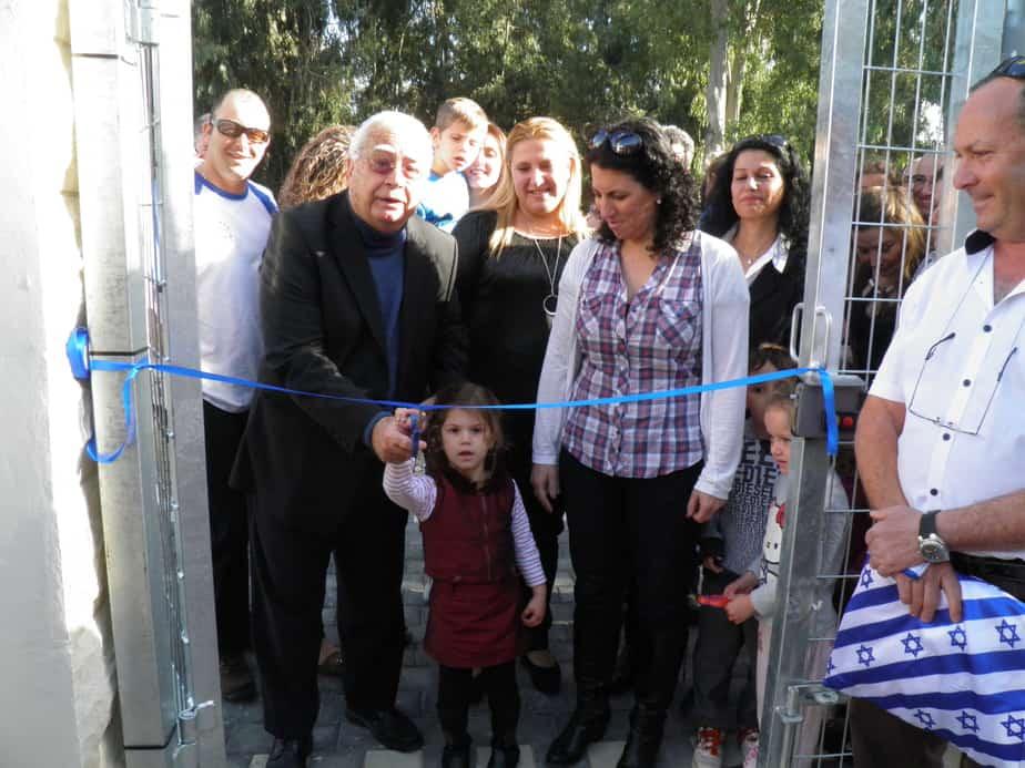 חיים צורי וילדי הגן בפתיחת גן אהוד מנור  (צילום: דוברות העירייה)