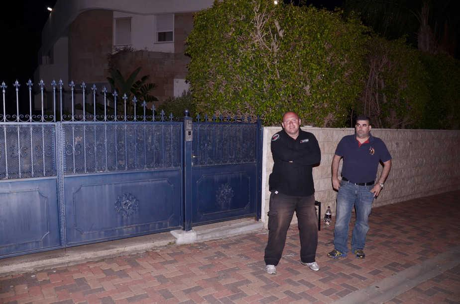 מאבטחים בכניסה לביתו של שמעון לנקרי, צילום: אושרי כהן