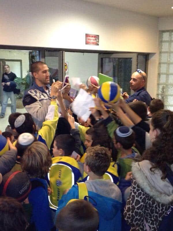 ילדי בית הספר מבקרים באימון קבוצת מכבי תל אביב  (צילום: עמותת הספורט במעלות)