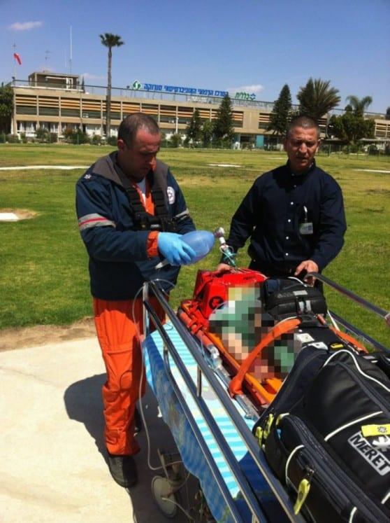 פארמדיק מוטס של מדא מפנה פצוע מתאונת הדרכים בצומת הנגב - צילום שי קדוש דוברות מדא