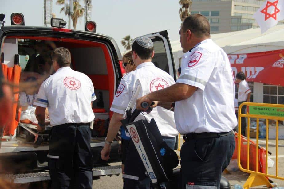 צוותי מגן דוד אדום מעניקים טיפול רפואי למשתתפי מרתון גילט תל-אביב 2013. צילום רועי אנגל דוברות מדא.