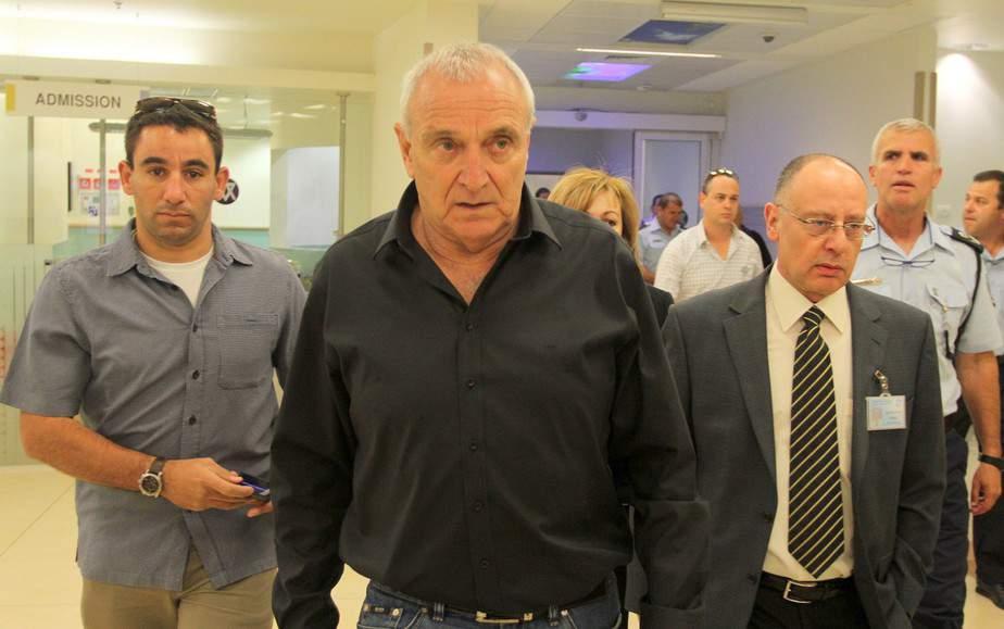 """נתמוך בראשי ערים מאוימים. השר לביטחון פנים יצחק אהרונוביץ בבית החולים נהריה  (צילום יח""""צ)"""