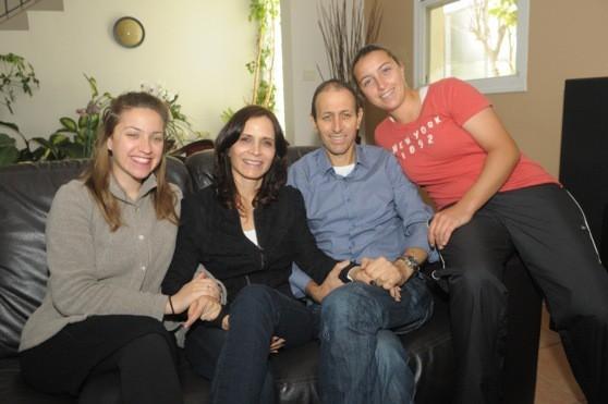 לנקרי הבוקר בביתו עם בני משפחתו לאחר השחרור מבית החולים (צילומים: אבי זוהר, דוברות עיריית עכו)
