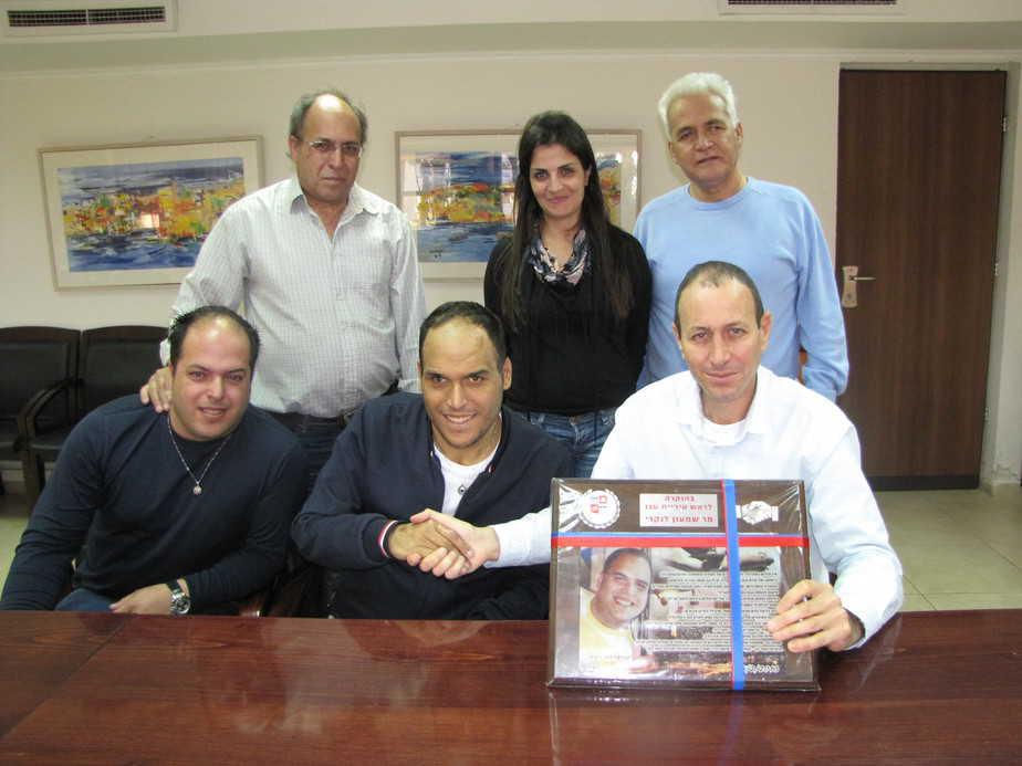 דניאל פחימה  ומשפחתו במפגש עם ראש עיריית עכו וצוותו (צילום: דוברות עיריית עכו)