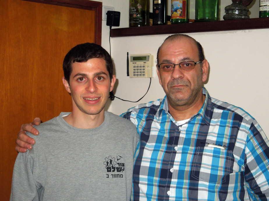 גלעד שליט והמפיק היהודי צרפתי  אלי סמדג'ה במצפה הילה (צילום: יובל פלג)
