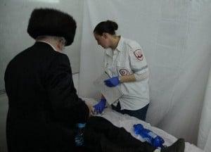 """פאראמדיקית מד""""א מעניקה טיפול רפואי לפצוע במירון (צילום: גל רוזן)"""