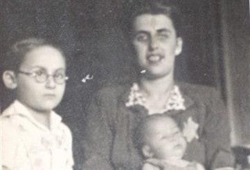 סבתא עם טלאי צהוב על הבגד   (צילום: פרטי)