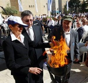 רות ויהודה פרל מדליקים משואה ברחבת הסוכנות היהודית יחד עם נתן שרנסקי
