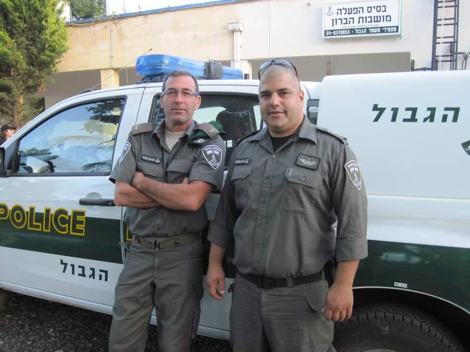 """""""מעבים את המשטרה"""". יניב שלום ועירא הדני  צילום: נירית שפאץ"""