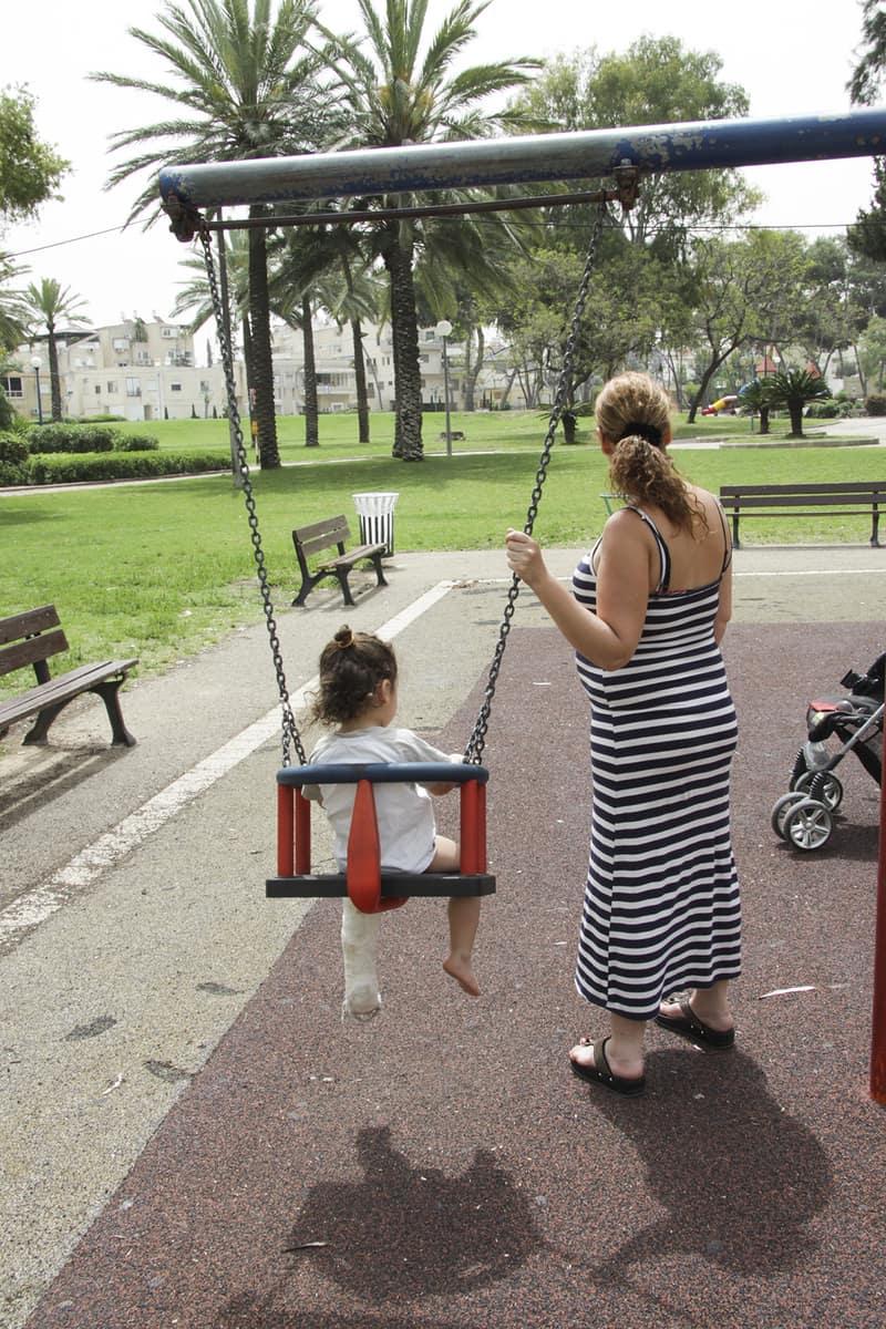 """""""המקרה אינו מוכר לעירייה"""". האם ובנה צילום: אפרת פראנק"""