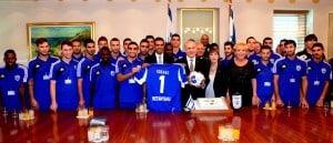 ראש הממשלה עם ראש העיר ושחקני הנבחרת